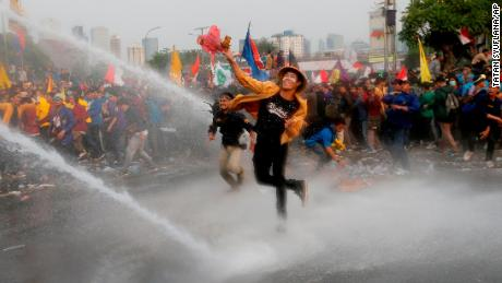 190924213909-02-indonesia-student-protest-0924-large-169.jpg